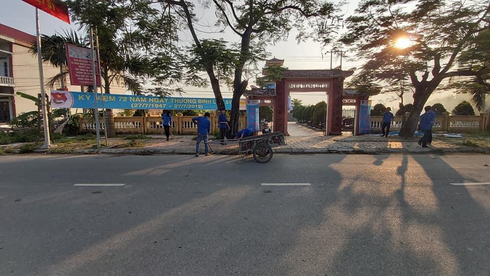Thanh thiếu niên xã Phú Lương dọn vệ sinh nghĩa trang Liệt sĩ