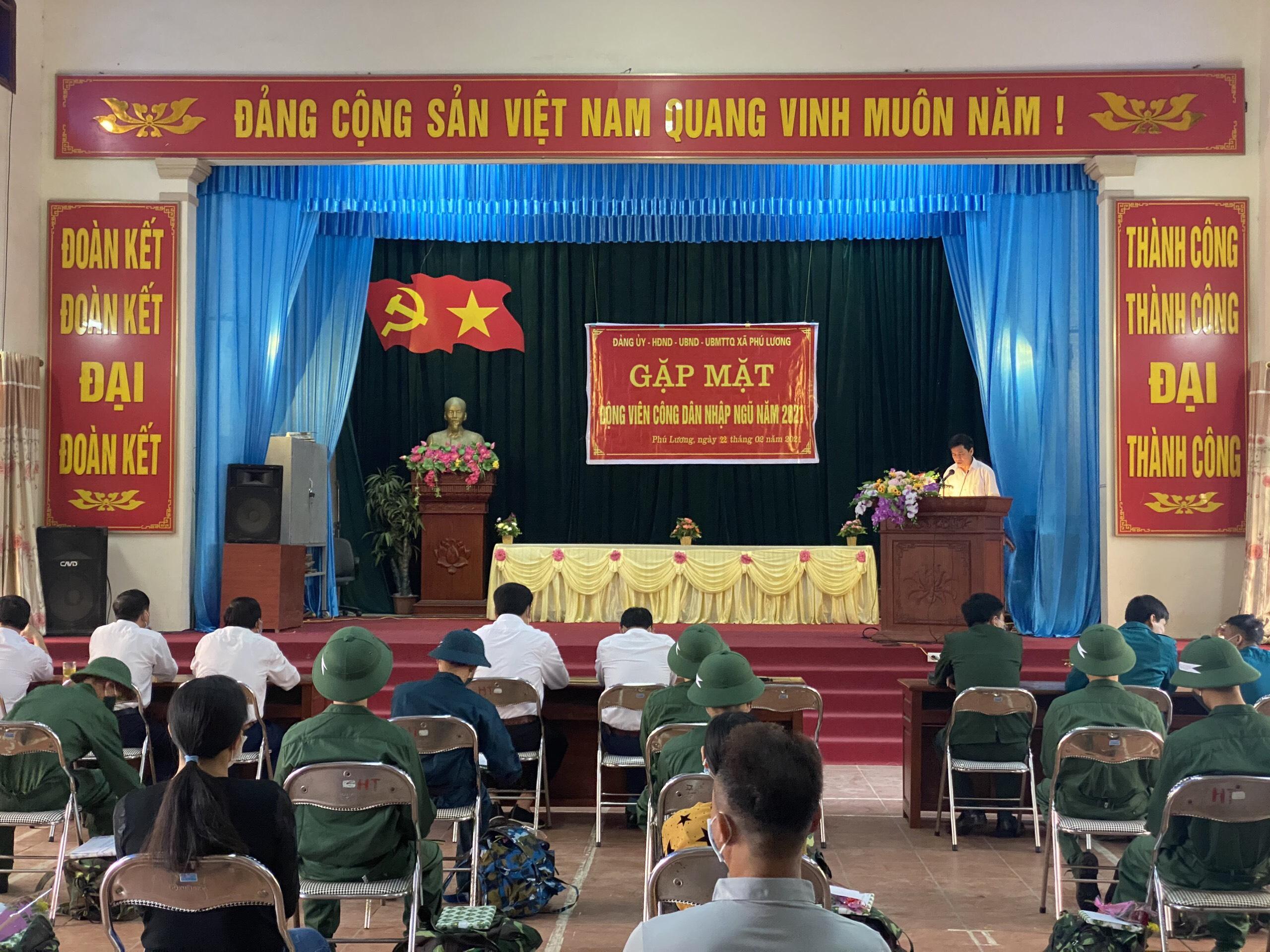 Đồng chí Vũ Văn Tiệp - PBT Đảng ủy, Chủ tịch UBND xã, Chủ tịch HĐ NVQS xã phát biểu tại hội nghị.